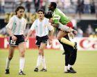 Ο Ενκόνο πανηγυρίζει μαζί με τον συμπαίκτη του, Εντίπ, τη νίκη του Καμερούν επί της Αρεγνετινής στο Μουντιάλ του 1990.