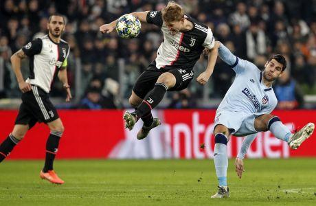Ντε Λιχτ και Μοράτα διεκδικούν την μπάλα υπό το βλέμμα του Μπονούτσι, στην αναμέτρηση Γιουβέντους - Ατλέτικο στο 'Allianz Stadium' στο Τορίνο, για το Group D του Champions League στις 26 Νοεμβρίου 2019. (AP Photo/Antonio Calanni)