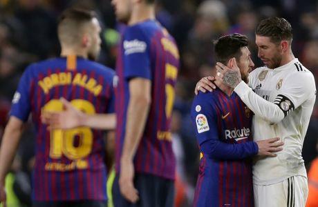 Λιονέλ Μέσι και Σέρχιο Ράμος στο τέλος της αναμέτρησης Μπαρτσελόνα - Ρεάλ Μαδρίτης, στον ημιτελικό του Copa del Rey στο 'Camp Nou' της Βαρκελώνης | 06/02/2019 (AP Photo/Manu Fernandez)