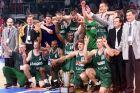 Οι παίκτες της Ζάλγκιρις πανηγυρίζουν την κατάκτηση του Κυπέλλου Πρωταθλητριών 1998-1999 στον τελικό με την Κίντερ στην 'Ολίμπιαχάλε', Μόναχο | Πέμπτη 22 Απριλίου 1999