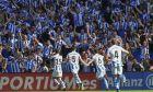Φίλοι της Σοθιεδάδ πανηγυρίζουν ένα γκολ της ομάδας τους σε αναμέτρηση της La Liga με αντίπαλο την Μπαρτσελόνα στο 'Anoeta', στις 15 Σεπτεμβρίου του 2018. (AP Photo/Jose Ignacio Unanue)