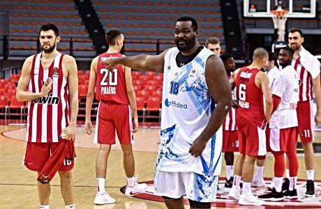 Ο Σοφοκλής Σχορτσιανίτης με την φανέλα του Ιωνικού Νικαίας στο ΣΕΦ, σε φιλική αναμέτρηση κόντρα στον Ολυμπιακό