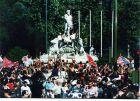 Παίκτες και φίλαθλοι της Ατλέτικο πανηγυρίζουν το νταμπλ του 1996 στο συντριβάνι του Neptuno στη Μαδρίτη.