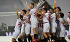 Οι παίκτες της Σεβίλλης πανηγυρίζουν την κατάκτηση του Europa League 2019-2020 έπειτα από τον τελικό με την Ίντερ στο 'Ράιν Ένεργκι Στάντιον' της Κολονίας | Παρασκευή 21 Αυγούστου 2020