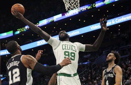 Ο Τάκο Φολ σε μια από τις σπάνιες συμμετοχές του στο NBA, με τη φανέλα των Μπόστον Σέλτικς κόντρα στους Σαν Αντόνιο Σπερς