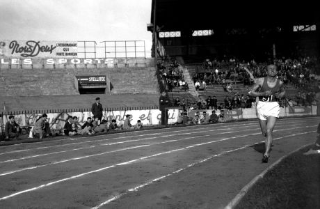 Ο Έμιλ Ζάτοπεκ σε αγώνα 5.000μ., 'Κουλόμπ', Παρίσι, Κυριακή 30 Μαΐου 1954