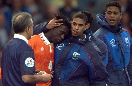 Ο Μίχαελ Ράιζιγκερ και ο Πάτρικ Κλάιφερτ παρηγορεί τον Κλάρενς Ζέεντορφ έπειτα από την ήττα της Ολλανδίας στα πέναλτι από τη Γαλλία για τα προημιτελικά του Euro 1996 στο 'Άνφιλντ', Λίβερπουλ, Σάββατο 22 Ιουνίου 1996