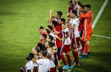 Οι παίκτες του Ολυμπιακού χειροκροτούν τους φιλάθλους τους μετά από τη νίκη - πρόκριση από τον 3ο προκριματικό γύρο του Champions League 2019-2020 εις βάρος της Μπασάκσεχιρ στο 'Γεώργιος Καραϊσκάκης', Τρίτη 13 Αυγούστου 2019