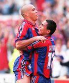 Ρονάλντο και Ζιοβάνι πανηγυρίζουν σε αγώνα της Μπαρτσελόνα τη σεζόν 1996/97.