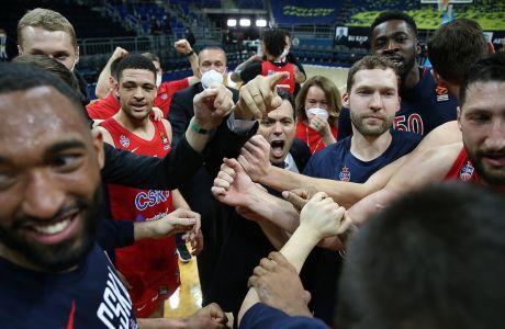Ο Δημήτρης Ιτούδης μέσα στα πανηγύρια για το 3-0 δείχνει στους παίκτες του, το δρόμο για το φάιναλ-φορ