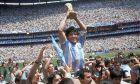 Η εμβληματική φωτογραφία στο Μουντιάλ '86. Ο Μαραντόνα με το Παγκόσμιο Κύπελλο στα χέρια. Όλος ο κόσμος δικός του