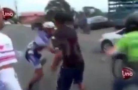 Ποδηλάτες έπεσαν με τρομερή ταχύτητα και μετά πλακώθηκαν!
