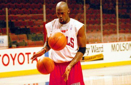Ο Μάικλ Τζόρνταν προπονείται πριν από αναμέτρηση Σικάγο Μπουλς-Σάρλοτ Χόρνετς για τα playoffs της σεζόν 1994-1995