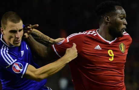 Belgium's Romelu Lukaku (R) and Bosnia and Herzegovina's Ognjen Vranjes vie for the ball during the Euro 2016 qualifying match between Belgium and Bosnia and Herzegovina on September 3, 2015 at the King Baudouin Stadium in Brussels. AFP PHOTO / EMMANUEL DUNAND        (Photo credit should read EMMANUEL DUNAND/AFP/Getty Images)