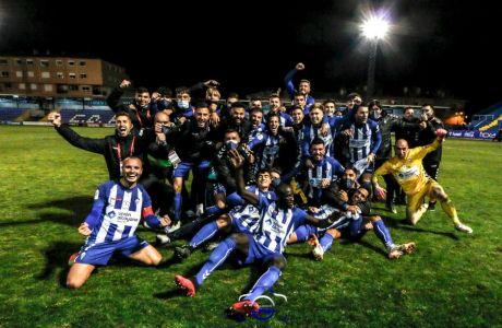 H Aλκογιάνο, μετά την πρόκριση στους '16' του Copa del Rey και τη νίκη επί της Ρεάλ Μαδρίτης, που είναι η μεγαλύτερη στιγμή στην ιστορία του συλλόγου. Στα δεξιά, με τα κίτρινα ο MVP του παιχνιδιού, Χοσέ Χουάν Φιγκουέιρας.