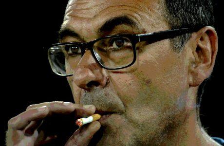 Ο Μαουρίτσιο Σάρι της Νάπολι καπνίζει ένα τσιγάρο κατά τη διάρκεια του αγώνα με τη Γιουβέντους για τη Serie A 2015-2016 στο 'Σαν Πάολο' της Νάπολης, Σάββατο 16 Σεπτεμβρίου 2015