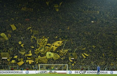 Ο γκολκίπερ της Βόλφσμπουργκ, Μαξ Γκρουν, μπροστά από το επιβλητικό 'κίτρινο τείχος', το πέταλο των οργανωμένων οπαδών της Ντόρτμουντ. (AP Photo/Martin Meissner)