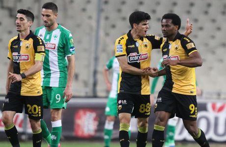 Ο Λιβάι Γκαρσία και ο Σταύρος Βασιλαντωνόπουλος πανηγυρίζουν για το 1-1 της ΑΕΚ στο ντέρμπι με τον Παναθηναϊκό