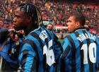 Taribo West con la sua nuova acconciatura, posa insieme a Ronaldo ieri a San Siro, dove l' Inter ha sconfitto per 1 a 0 con un gol del brasiliano il Parma. (AP Photo/Carlo Fumagalli)