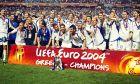 Οι Έλληνες διεθνείς σε έκσταση αμέσως μετά την απονομή του τροπαίου στο EURO 2004