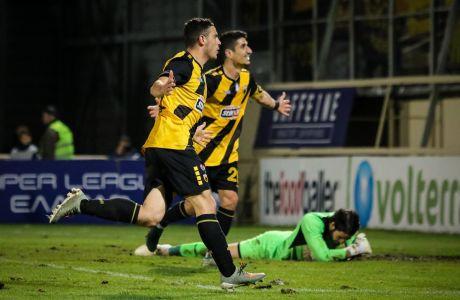 Ο Κώστας Γαλανόπουλος της ΑΕΚ πανηγυρίζει με τον Πέτρο Μάνταλο το γκολ που σημείωσε κόντρα στην Ξάνθη, σε αναμέτρηση για τη Super League 1 2019-2020 στο γήπεδο των Πηγαδιών, Σάββατο 14 Δεκεμβρίου 2019