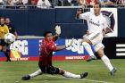 Ο Ρομπέρτο Σολδάδο της Ρεάλ σκοράρει απέναντι στον Αλφρέδο Ταλαβέρα της Σίβας σε φιλικό παιχνίδι στο 'Σόλντιερ Φιλντ', Σικάγο, Σάββατο 16 Ιουλίου 2005