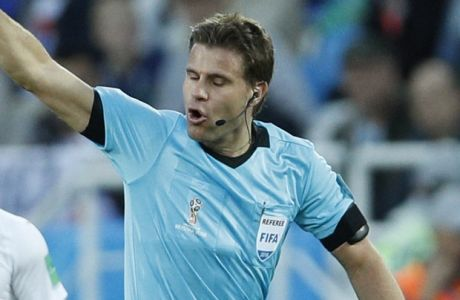 Referee Felix Brych from Germany admonishes Serbia's Aleksandar Mitrovic during the group E match between Switzerland and Serbia at the 2018 soccer World Cup in the Kaliningrad Stadium in Kaliningrad, Russia, Friday, June 22, 2018. (AP Photo/Victor Caivano)