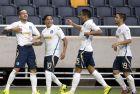 Οι ποδοσφαιριστές του Ατρομήτου πανηγυρίζουν το 3-1 επί της ΑΪΚ στη Στοκχόλμη, πριν από την πρώτη ευρωπαϊκή πρόκριση
