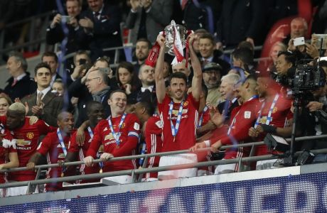 United's Michael Carrick lifts the trophy after they won the English League Cup final soccer match between Manchester United and Southampton FC at Wembley stadium in London, Sunday, Feb. 26, 2017. (AP Photo/Kirsty Wigglesworth)