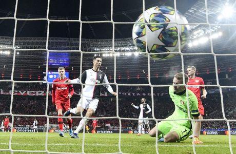 Ο Κριστιάνο Ρονάλντο της Γιουβέντους σκοράρει κόντρα στη Λεβερκούζεν, σε αγώνα για το Champions League