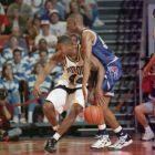 O Λορένζεν Ράιτ (Νο55) εναντίον του Ρόι Χέρστον (44), σε παιχνίδι του Περντιού με το Μέμφις για το δεύτερο γύρο του NCAA Midwest Regional, το 1995 (AP Photo/David J. Phillip)