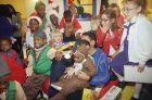 o Μάτζικ Τζόνσον 'πνίγεται' στις αγκαλιές οροθετικών παιδιών κατά  τη διάρκεια μιας επίσκεψης τους στο Magic Playroom, έναν χώρο που ο ίδιος διαμόρφωσε στην παιδιατρική κλινική του νοσοκομείου του πανεπιστημίου της Καλιφόρνια, το 1993