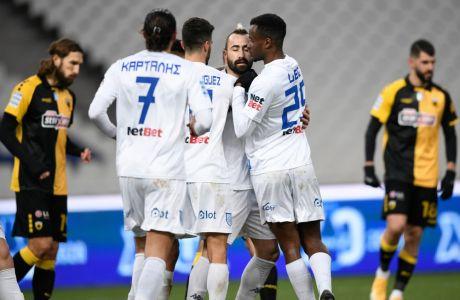 Οι ποδοσφαιριστές του ΠΑΣ Γιάννινα πανηγυρίζουν το γκολ του Κρίζμαν για το 1-0 επί της ΑΕΚ στο ΟΑΚΑ