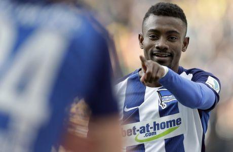 Ο Σάλομον Καλού πανηγυρίζει ένα γκολ του με την φανέλα της Χέρτα στην γερμανική Bundesliga, με αντίπαλο την Ντόρτμουντ στις 11 Μαρτίου του 2017. (AP Photo/Michael Sohn)