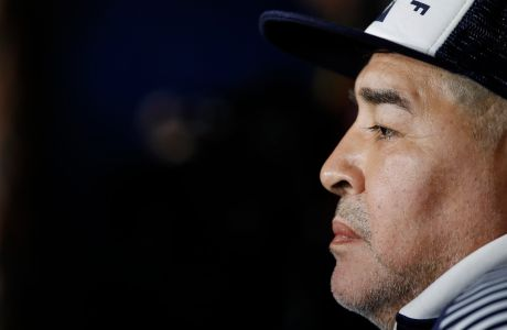 Ο προπονητής της Χιμνάσια, Ντιέγκο Μαραντόνα, σε στιγμιότυπο της αναμέτρησης με την Μπόκα για τη Superliga 2019-2020 στο 'Μπομπονέρα', Μπουένος Άιρες | Σάββατο 7 Μαρτίου 2020