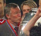 O Άλεξ Φέργκιουσον αγκαλιά με το τρόπαιο του πρωταθλητή Ευρώπης, το Μάιο του 1999. Στις 12/6 του ίδιου χρόνου, έγινε Sir.