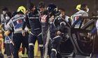 Ο Ρομέν Γκροζάν απομακρύνεται σοκαρισμένος και υποβασταζόμενος από τον τόπο του ατυχήματος με τη Haas