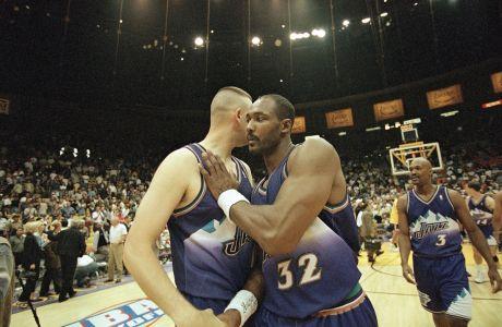 Ο Καρλ Μαλόουν σε στιγμιότυπο με τον Γκρεγκ Όστερταγκ των Γιούτα Τζαζ έπειτα από την αναμέτρηση με τους Λος Άντζελες Λέικερς για το Game 4 των τελικών της Δύσης στο NBA 1997-1998, Ίνγκλγουντ, Κυριακή 24 Μαΐου 1998