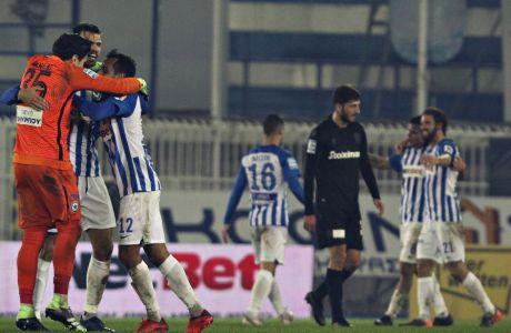 Οι ποδοσφαιριστές του Ατρομήτου πανηγυρίζουν το 3-2 επί του αυτόχειρα ΠΑΟΚ στο Περιστέρι