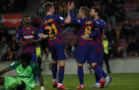 Ο Αρτούρ της Μπαρτσελόνα πανηγυρίζει γκολ μαζί με τους συμπαίκτες του, κατά την διάρκεια της αναμέτρησης κόντρα στη Λεγάνες