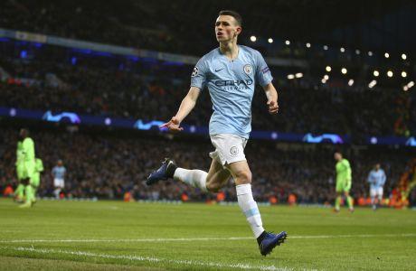 Ο Φιλ Φόντεν της Μάντσεστερ Σίτι πανηγυρίζει το γκολ που πέτυχε στην αναμέτρηση με τη Σάλκε για το δεύτερο παιχνίδι της φάσης των 16 του Champions League 2019-2020 στο 'Ετιχάντ', Μάντσεστερ, Τρίτη 12 Μαρτίου 2019