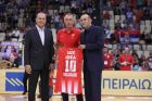 O κόουτς του Ερυθρού Αστέρα Μίλαν Τόμιτς βραβεύεται από του αδελφούς Αγγελοπουλους για την προσφορά του στον Ολυμπιακό