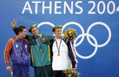 Οι Πίτερ φαν ντεν Χόχενμπαντ, Ίαθ Θορπ και Μάικλ Φελπς κατά την απονομή των μεταλλίων των 200μ. ελεύθερο για την κολύμβηση των Ολυμπιακών Αγώνων 2004 στο Ολυμπιακό Κέντρο Υγρού Στίβου | Δευτέρα 16 Αυγούστου 2004
