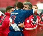 O Γιώργος Παράσχος, ως προπονητής του Πανηλειακού, αγκαλιάζεται με παίκτη της αντίπαλης ομάδας