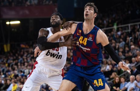Ο Άντε Τόμις της Μπαρτσελόνα σε στιγμιότυπο με τον Γουίλι Ριντ του Ολυμπιακού για τη Euroleague 2019-2020 στο 'Παλάου Μπλαουγκράνα', Βαρκελώνη | Παρασκευή 27 Δεκεμβρίου 2019
