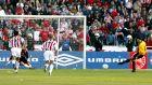 Ο Βασίλης Τσιάρτας της ΑΕΚ σκοράρει με πέναλτι κόντρα στον Ολυμπιακό, σε αναμέτρηση για την Α' Εθνική 2001-2002 στο Ολυμπιακό Στάδιο, Σάββατο 20 Απριλίου 2002