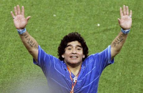 Ο Ντιέγκο Αρμάντο Μαραντόνα στο φινάλε του νικηφόρου ημιτελικού της Αργεντινής επί της Βραζιλίας στο ολυμπιακό τουρνουά του Πεκίνου