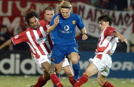 Ο Ντιέγκο Φορλάν της Μάντσεστερ Γιουνάιτεντ μονομαχεί με τους Κριστιάν Καρεμπέ και Στέλιο Βενετίδη του Ολυμπιακού, στη διάρκεια αγώνα για τη φάση των ομίλων του Champions League 2002-2003 στη Ριζούπολη, Τετάρτη 23 Οκτωβρίου 2002
