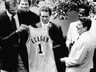 O Πλανητάρχης Ρόναλντ Ρίγκαν παραλαμβάνει από τον Καρίμ Αμπντούλ Τζαμπάρ μια φανέλα των Λέικερς, στην επίσκεψη των πρωταθλητών του 1985 στο Λευκό Οίκο. (AP Photo/Bob Daugherty)