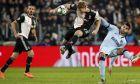 Ο Ματάις Ντε Λιχτ σταματάει την μπάλα πριν φτάσει στον Άλβαρο Μοράτα, σε αναμέτρηση της Γιουβέντους με την Ατλέτικο Μαδρίτης, για το Group D του Champions League στις 26 Νοεμβρίου 2019. (AP Photo/Antonio Calanni)